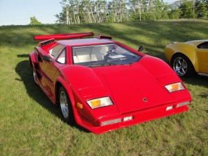 Lamborgini rojo, usado para comparar las opciones de venta (put option) con los seguros.
