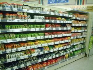 Estantería de supermercado con multitud de productos y precios. Controlarlos todos llevaría demasiado tiempo.