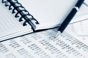 valor contable, imagen de una libreta y un bolígrafo sobre números