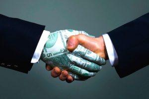 ampliación de capital representada por dos manos estrechadas, una de ellas con billetes.